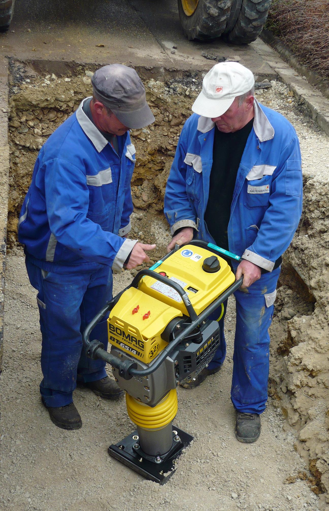 Der Rohrbruch in Leipferdingen wird durch die Mitarbeiter des Bauhofes behoben