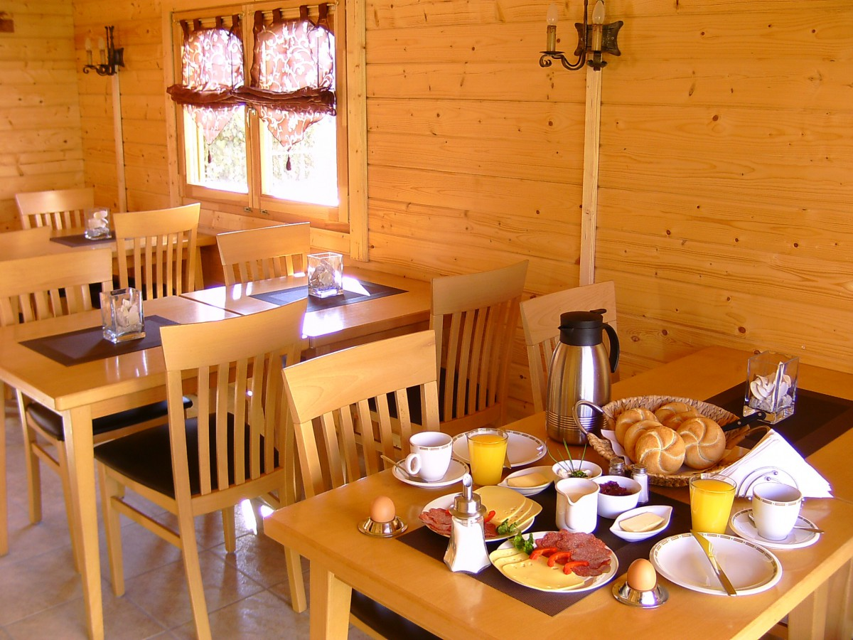 Frühstück in der Blockhütte