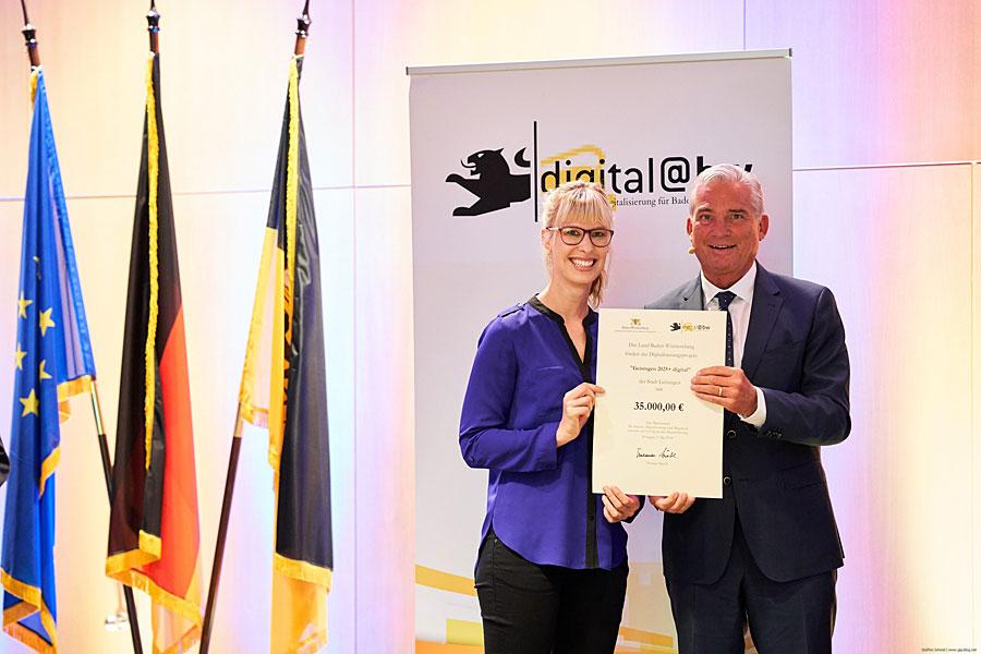 stellvertretende Hauptamtsleiterin Nina Speck erhält die Urkunde von Minister Thomas Strobel