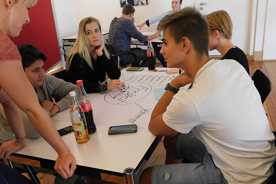 Jugendliche beim Gespräch am Jugendforum