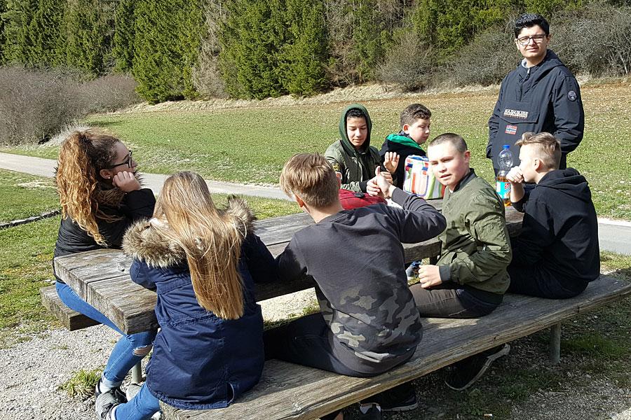 Jugendliche bei einer Grillhütte