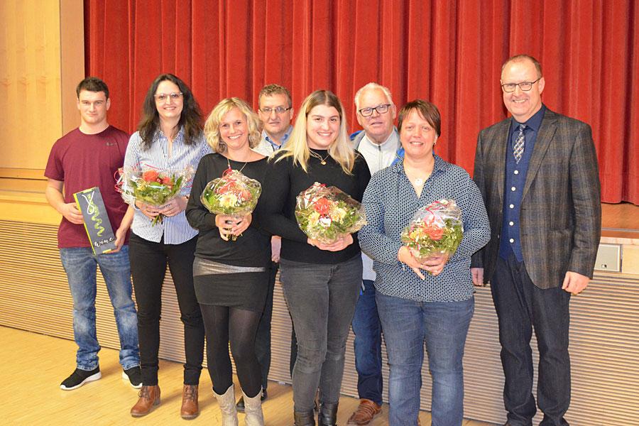 Die neuen Mitarbeiterinnen und Mitarbeiter der Stadt Geisingen zusammen mit Bürgermeister Walter Hengstler.