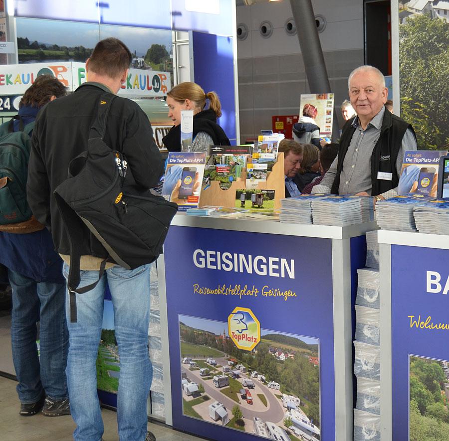 Erich Bertsche am Stand von TopPlatz auf der CMT in Stuttgart