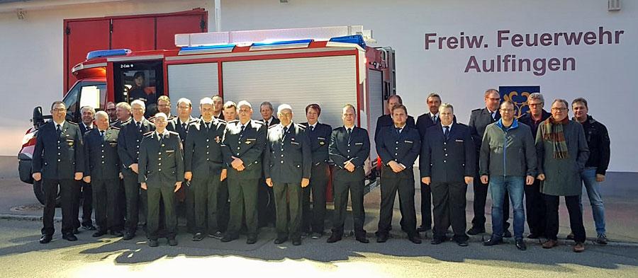 Feuerwehrangehörige der Freiwilligen Feuerwehr Aulfingen mit dem Ortschaftsrat Aulfingen vor dem neuen Fahrzeug
