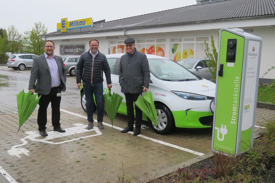 Roman Gayer, Leiter Kommunalbetreuung West bei EnergieDienst, Holger Milkau, Inhaber Edeka Milkau und Bürgermeister Walter Hengstler
