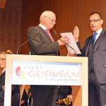 Paul Haug steht neben Bürgermeister Martin Numberger, während der Vereidigung