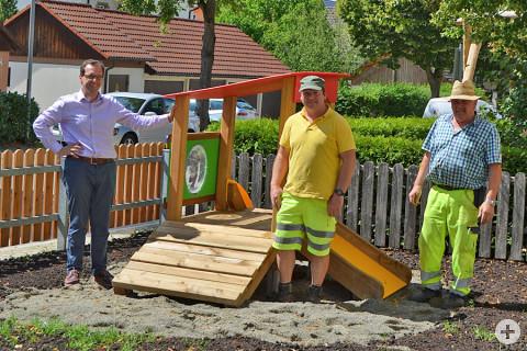 Bürgermeister Martin Numberger, Bernd Weber und Herbert Maier stehen neben einem Spielgerät
