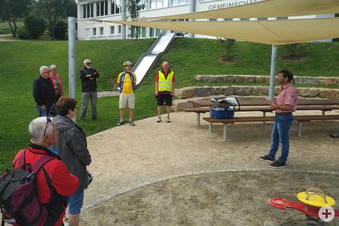 Teilnehmer der Radtour von Justizminister Guido Wolf MdL auf dem Mehrgenerationenplatz Gutmadingen