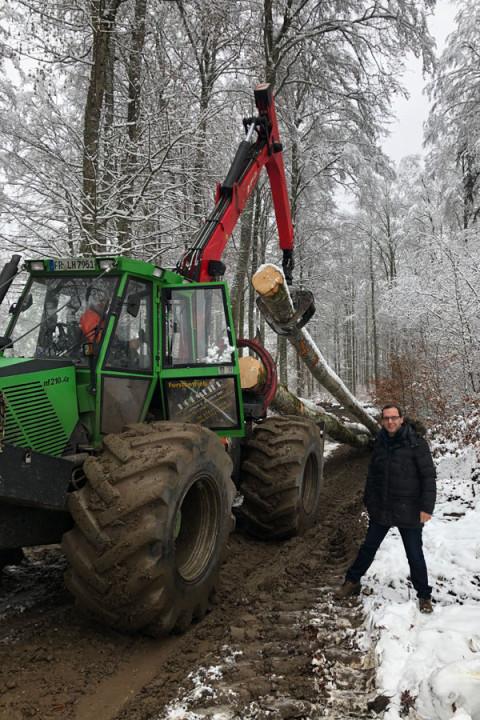 Bürgermeister   Martin   Numberger   informierte  sich  vor  Ort  über  Hol-zerntemaßnahmen    im    Geisinger    Stadtwald.  Hier  im  Gespräch  mit  Forstunternehmer Lothar Hofmeier.