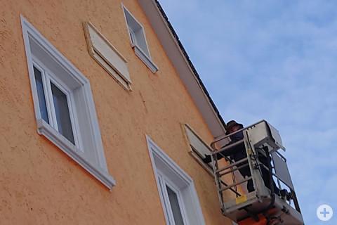 Bauhofmitarbeiter, Uwe Schupp, beim Montieren der Fledermausbretter.