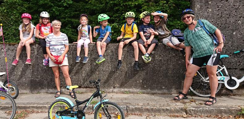 Radtour der Aktiven Bürger - Die Kinder machen eine kurze Pause.