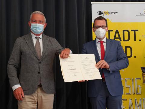 Förderbescheidübergabe durch Innenminister Thomas Strobl (links) an Bürgermeister Martin Numberger (rechts)