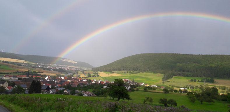 Ansicht von Gutmadingen mit einem Regenbogen