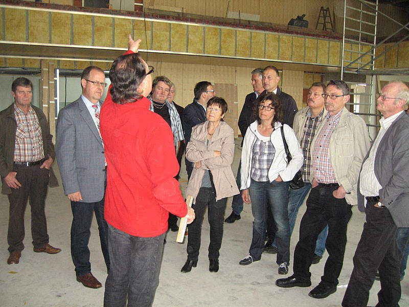 Mitglieder des Technischen Ausschusses und Architekt Thomas Kreuzer bei der Baustellenbesichtigung