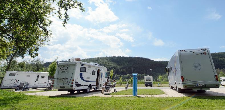 Mehrere Wohnmobile auf dem Reisemobilstellplatz Geisingen