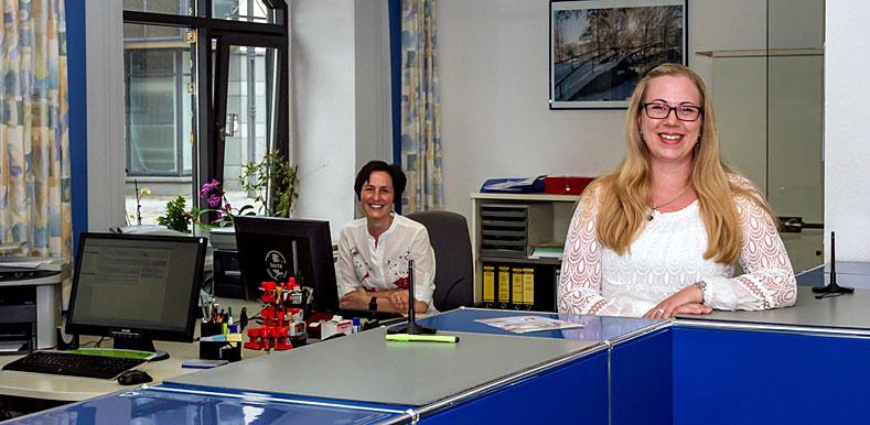 Die städtischen Mitarbeiterinnen vom Bürgerservice Kerstin Ball und Ilona Gerdt
