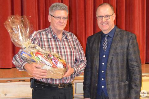 Bürgermeister Walter Hengstler gratulierte Herrn Karl Cech zum 25-jährigen Dienstjubiläum.