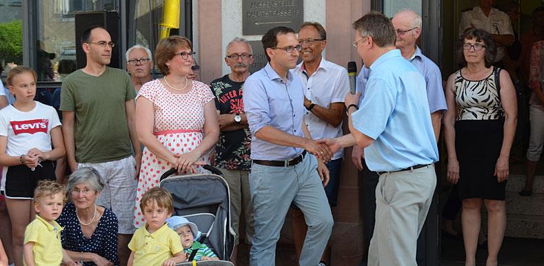 Hauptamtsleiter Thomas Schmid gratuliert Herrn Martin Numberger, dem neuen Bürgermeister der Stadt Geisingen