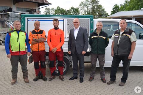 (v. l.) Forstarbeiter Andrej Reinhardt, Martin Kaiser, Christopher Oster, Bürgermeister Walter Hengstler, Revierleiter Hartmut Bertsche und Karl-Ernst Rapp