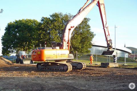 Bagger bei den Ausgrabungsarbeiten zum Hochwasserschutz