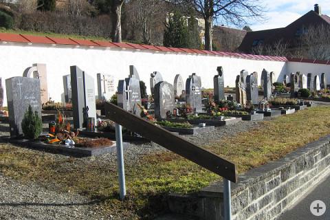 Blick auf die Gräberreihen im Friedhof Leipferdingen