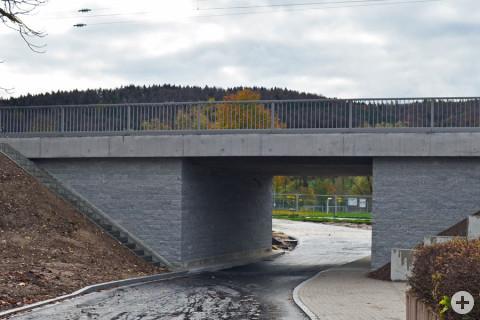 Die neue Eisenbahnbrücke in der Donaustraße.