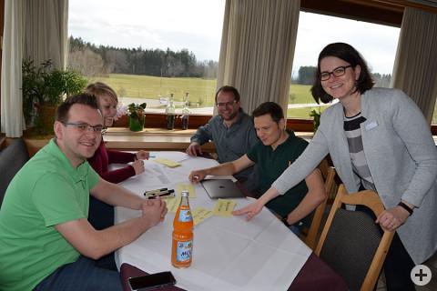 Mitglieder des Gemeinderates sitzen an einem Tisch und Sammeln Ideen.