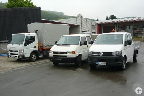 von links: Mitsubishi Fuso mit Planenaufbau, das 19 Jahre alte Fahrzeug VW T4, der neue VW T6 mit Doppelkabine