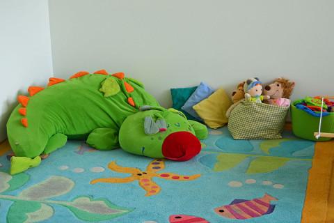 Spielteppich mit einem grünen Drachen